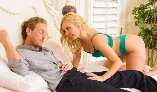 Озабоченная блондинка пришла трахаться в спальню к другу отц...