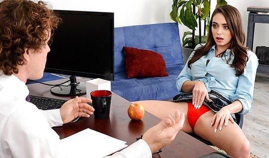Озабоченная девушка соблазнила молодого босса в офисе...