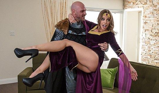 Рыцарь трахнул сексуальную брюнетку с большими сиськами...