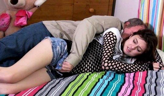 Зрелый мужик поимел спящую красотку и спермой залил ее влажн...