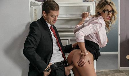 Коллега симпатичной блондинки дерет даму раком в офисе...