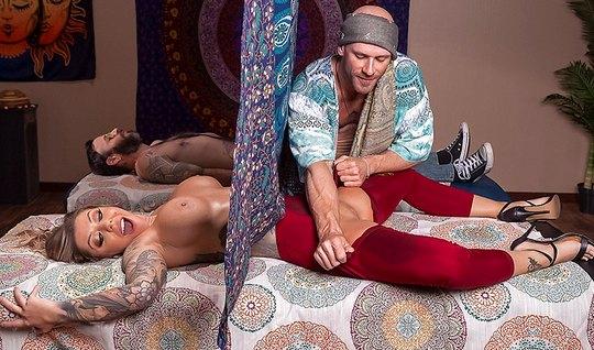 Грубый массаж и нежное куни с мускулистым ловеласом перед ве...
