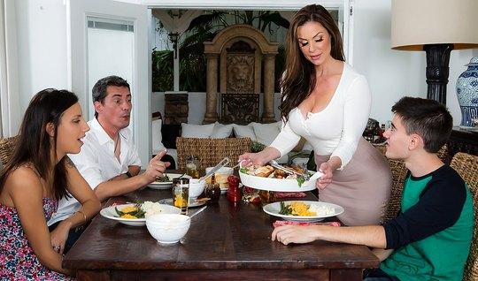 Жопастая мамка отдалась парню на столе и наградила его горяч...