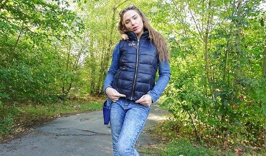 Пикапер предложил телке денег и трахнул ее на природе в парк...