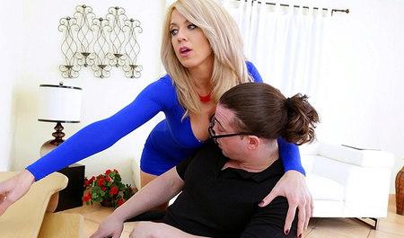 Очкастый сосед жарит в рот милфу в синем платье...