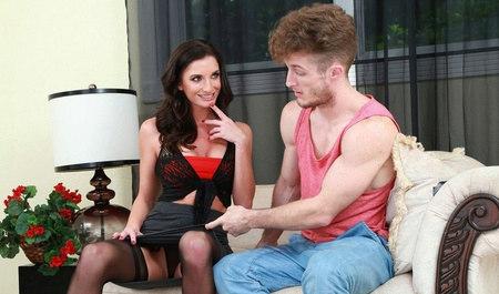 Красавчик Леви занимается сексом в гостях у милфы...