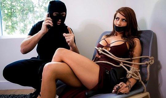 Преступник в маске похитил брюнетку и жестко ее отодрал...
