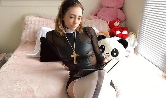 После прочтения молитвы похотливая девушка в чулках ласкает ...