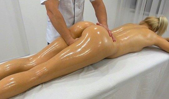 Парень сделал домашний массаж промежности подруге, а потом п...