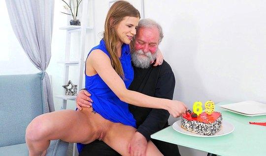Пожилой дедушка соблазнил молодую брюнетку на секса в гостин...