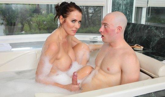 Грудастая бабища, сделав минет парню в ванной, получила член...