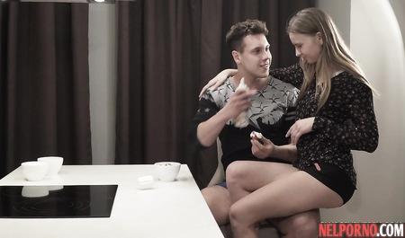 Русские молодые студенты  во время завтрака смачно трахаются во все дырки на столе