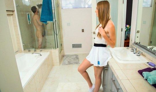 Рыжеволосая Эшли Лейн встала рачком на полу в ванной перед Р...