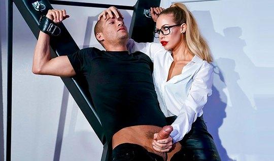 Блондинка доминирует над рабом и трахается с ним у стола...