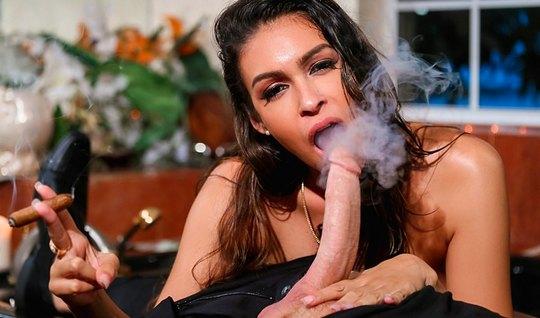 Красотка брюнетка курит и делает королевский минет перед сек...