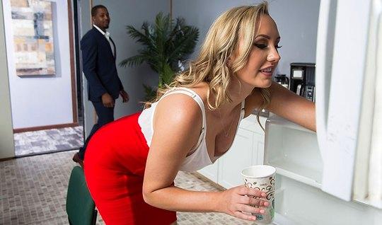 Негр в офисе устроил для блондинки настоящий секс и довел ее...
