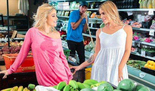 Две лесбиянки трахают друг друга на публике в магазине и кон...