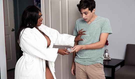 Толстая мулатка после массажа наслаждается сексом с молодым ...