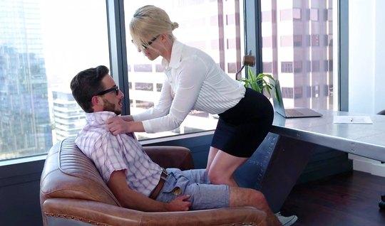 Зрелая блондинка в офисе занимается шикарным сексом со своим...