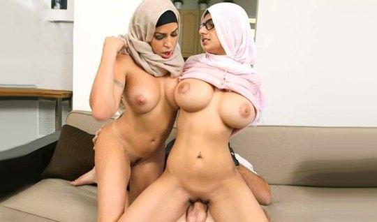 Две арабки с большими сиськами не отказываются от секса с но...