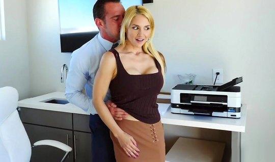 Блондинка секретарша в офисе подставляет свою попку для анал...