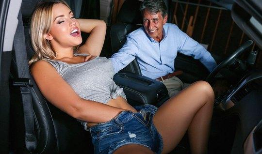 Блондинка в машине раздвинула ноги и попрыгала на члене мужи...