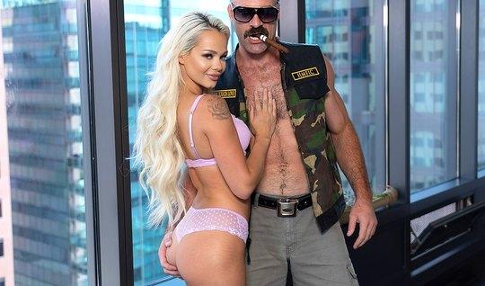Блондинка пришла на кастинг и занялась сексом в позе раком...