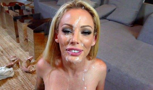 Блондинка после горячего минета принимает на лицо много спер...