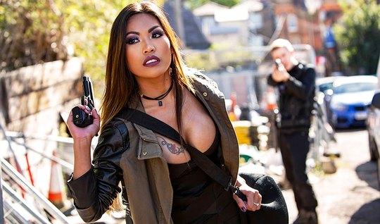 Азиатка с темными волосами и большими сиськами обожает секс ...