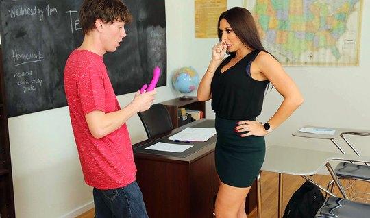 Мамка училка прямо в классе раздвинула ноги для секса со сту...