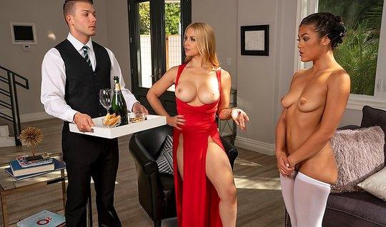 Блондинка с большими сиськами устроила дома групповуху с дом...
