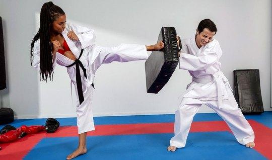 Мулатка доминирует над тренером по карате и трахает ее киско...
