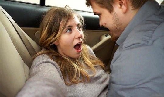 Девушка с мужчиной в машине снимают от первого лица домашнее...