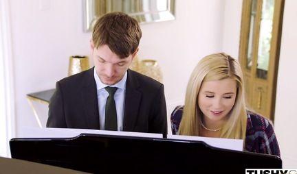 Красавица блондинка после занятий по музыке подставляет попку для анала
