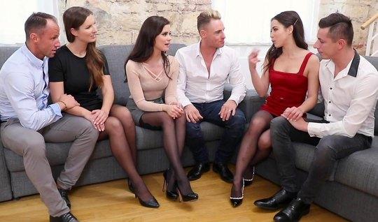Девушки в чулках согласились на групповое порево с парнями...