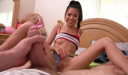 Худая азиатка сняла с себя трусы и согласилась на домашний с...