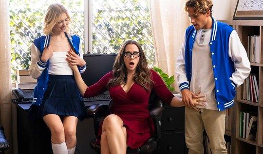 Мамка показывает молодой парочке, что такое групповое порно...