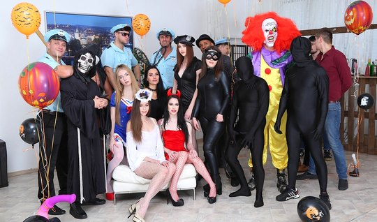 Настоящая групповая оргия развратников в маскарадных костюма...