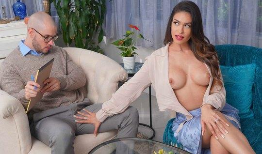 Женщина с большими сиськами изменяет своему мужу с его взрос...