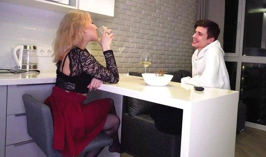 Русская блондинка в чулках подставляет свою пилотку для дома...