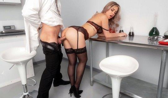 В офисе парень спустил с себя штаны и трахнул красотку в чул...