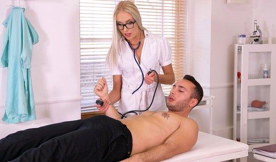 Анжелика Грейс в больнице трахается в анал с мускулистым пац...