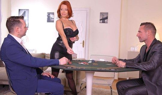 Зрелая рыжая дамочка после игры в покер получает от мужчин д...