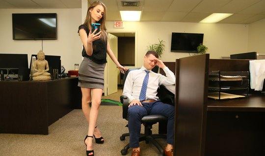Худенькая помощница в офисе занимается реальным трахом и кон...