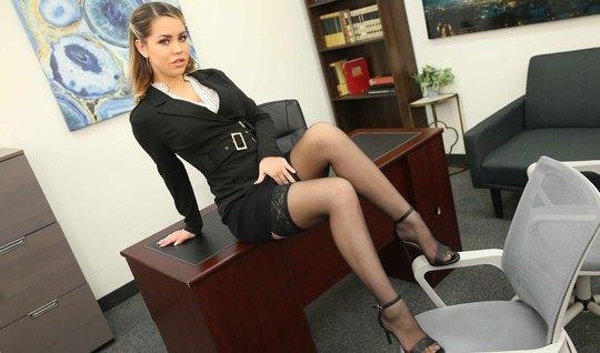 Девушка в офисе раздвигает ноги в чулках для секса со своим ...