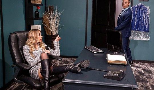 Блондинка в чулках раздвигает ноги для сексуальных игр в офи...