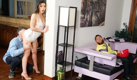 Молоденькая брюнетка изменяет своему мужу с его лучшим друго...
