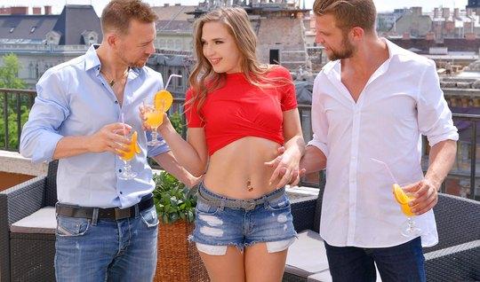 Молодая девушка с двумя мужчинами кончает от двойного проник...