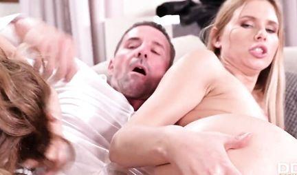 Муж и жена пригласили подружку для группового секса на диване