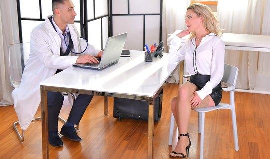 Блондинка в офисе раздвигает свои стройные ноги для секса с ...